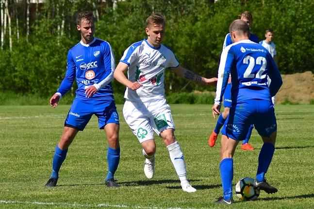 Johan (22), en av brödratrion Forséns målskyttar för Esse IK. Till vänster Martin Östman, målskytt för Kållby UF.