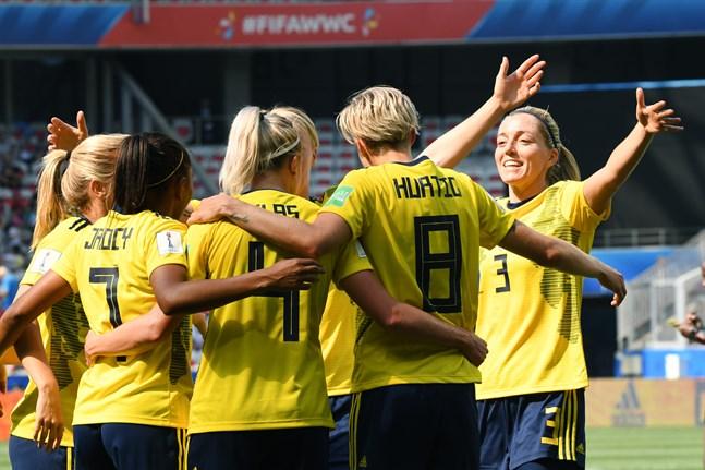 Sverige jublar efter att Lina Hurtig gjort 4–0 mot Thailand.