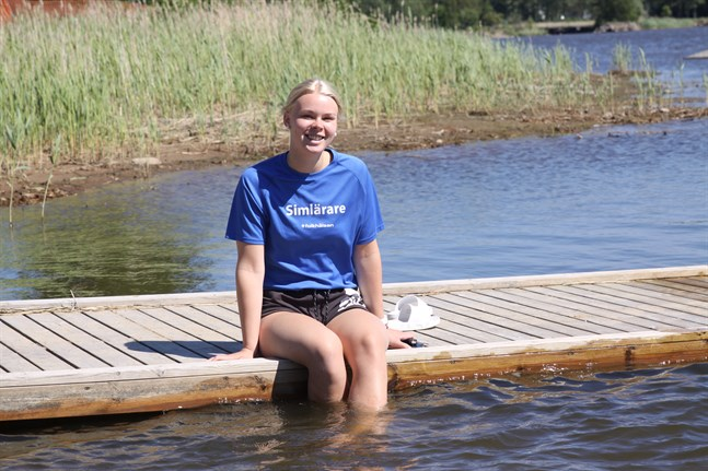 Ellen Hagback utbildade sig till simlärare i fjol. Sedan dess har hon arbetat somrarna igenom på regionens olika sommarsimskolor –och hon är eftertraktad. I vårens utbildning deltog nämligen ingen från Sydösterbotten, något som gav utslag då simskolorna sökte simlärare.
