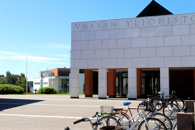 Vasa universitets huvudbyggnad och Tritonia.