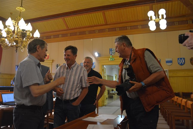 Tom Degerstedt (till höger), tidigare lokalpoliitiker, utgjorde hundra procent av publiken vid fullmäktiges sammanträde. Här delar han med sig av åsikter och goda råd till Tor Nygård (SFP), Jarmo Tarkka (Sannf) och Jan-Anders Lundenius (SFP).