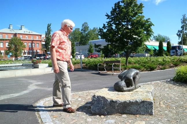 Vasa centralsjukhus smyckas redan av till exempel statyer av Tea Helenelund-Suominen. Förra förvaltningsdirektören Olle Gull var med och skaffade dem.