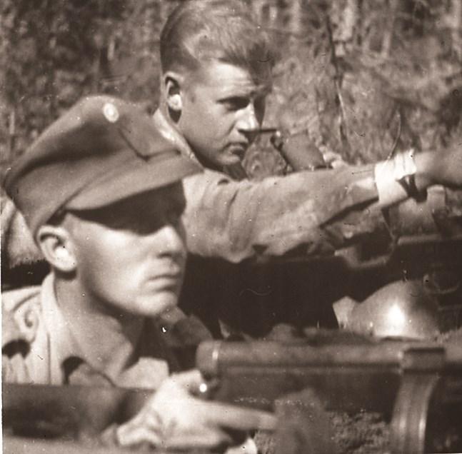 Denna bild av skribentens far Lars Forss antas vara tagen i Ihantala. Vapenbrodern tros vara från 12:e infanteriregementet dit Forss kommenderades efter slutförd officersskola våren 1944. Då låg förbandet i Karhumäki.