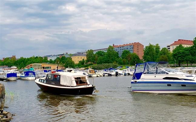 Båtar på väg bort från Vasa på midsommaraftonen 2019.