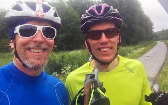 Rullskidslänk inledde midsommarfirandet klockan 8.30, cirka 30 kilometer. På bilden Ulf Nylund och Christian Grannas. Bilden togs i Singsby där de rullskidade till Alskatvägen.