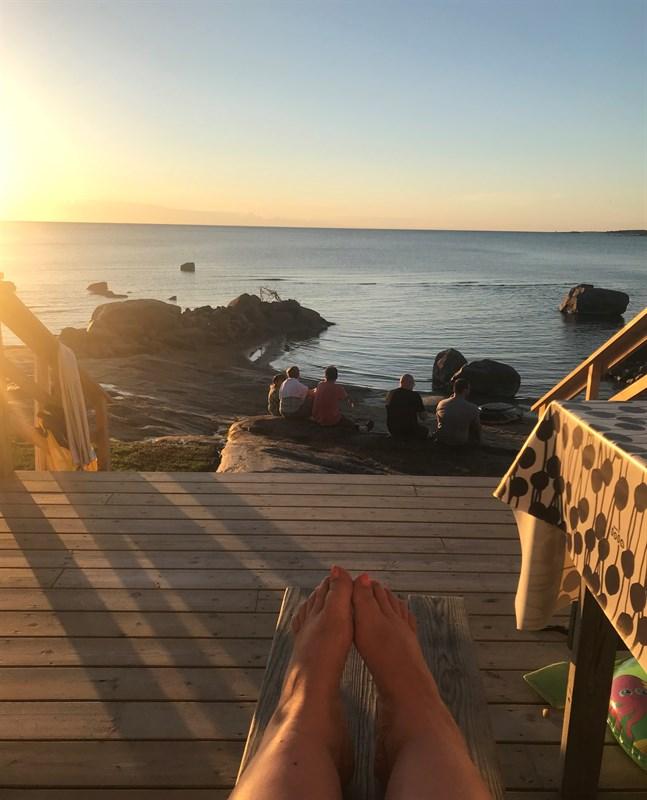 Solen sjunker sakta ner i havet vid vid Storsand i Monäs.