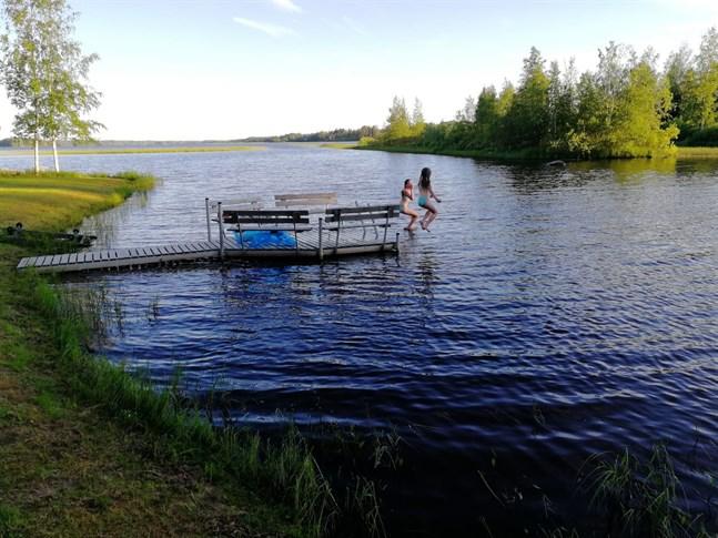Amanda och Bianca Vikström simmar vid sommarstugan i Karvia.