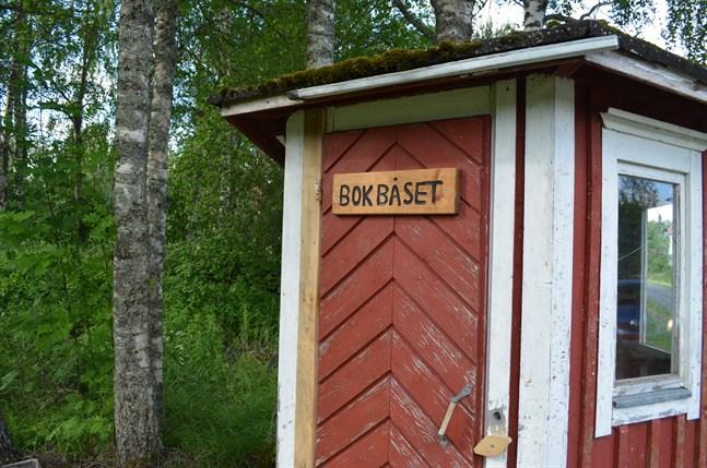 Bokbåset finns ikorsningen av Vassor byväg och Bodstrandvägen.