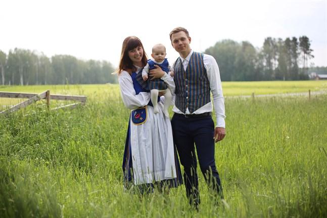 I Pensala firar Maria Frände, Mikael Jungar och dottern Amelie Jungar midsommar iklädda Munsala folkdräkt.