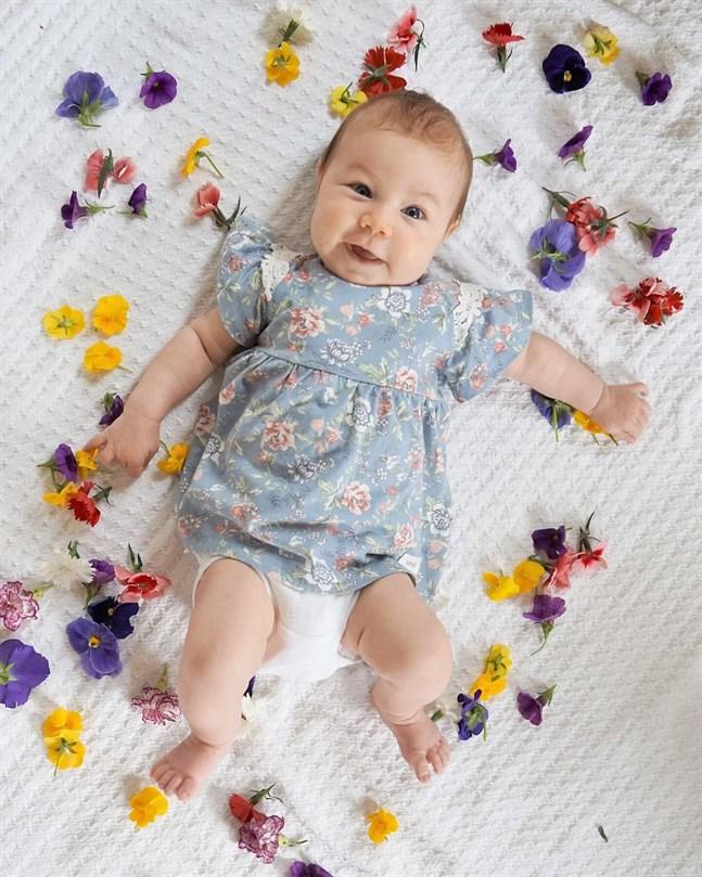I Maxmo firar två månader gamla Tova sin första midsommar.