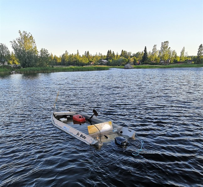 Fem personer lyckades rädda sig till en sten då motorbåten de färdades i tog in vatten på Kantfjärden i Sundom skärgård natten till söndag.
