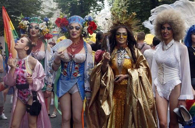 Runt 8000 människor deltar i söndagens Prideparad i Kiev.