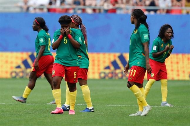 Kameruns spelare var minst sagt frustrerade efter att deras reducering till 2–1 mot England dömts bort för offside.