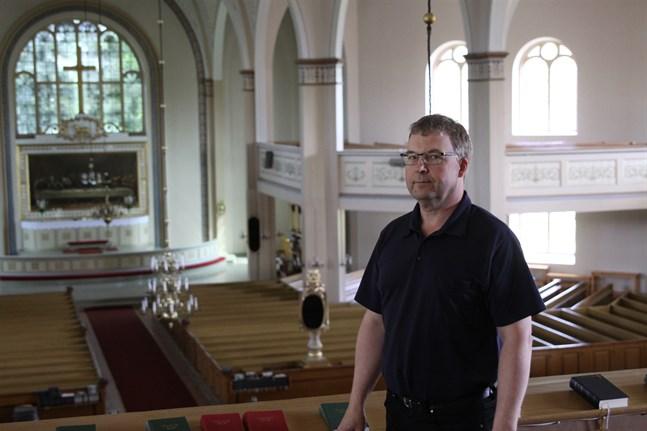 Till arbetsuppgifterna för fastighetsskötaren Kenneth Bergqvist hör att ställa i ordning inför olika tillställningar i kyrkan samt att utföra en del utomhusarbete på både byggnader och begravningsplatser. Här står han i Lappfjärds kyrka.