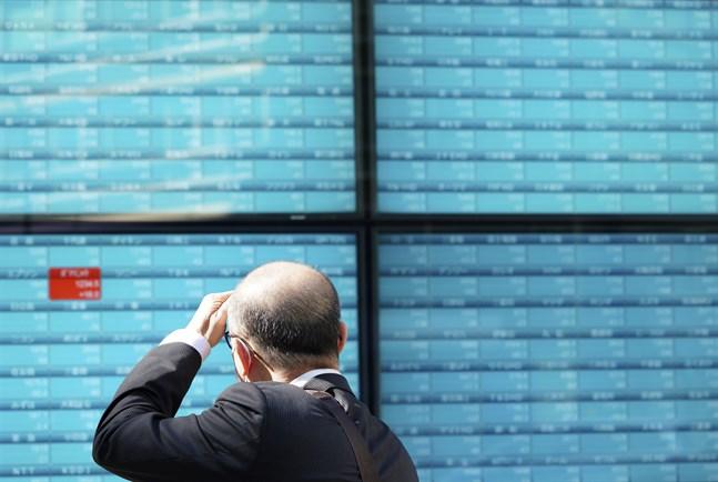 Hur ska det gå på börsen? Svagt nedåt är svaret i Asien under de tidiga onsdagstimmarna. Arkivbild.