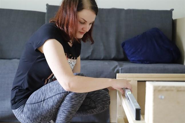 Radhuslägenheten Frida Hägglund bor i är inredd med flera av hennes möbler. Nu ska soffan i vardagsrummet få en vinkel.
