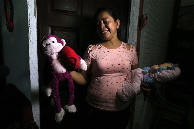 Rosa Ramirez, barnets farmor, håller upp sitt döda barnbarns leksaker.