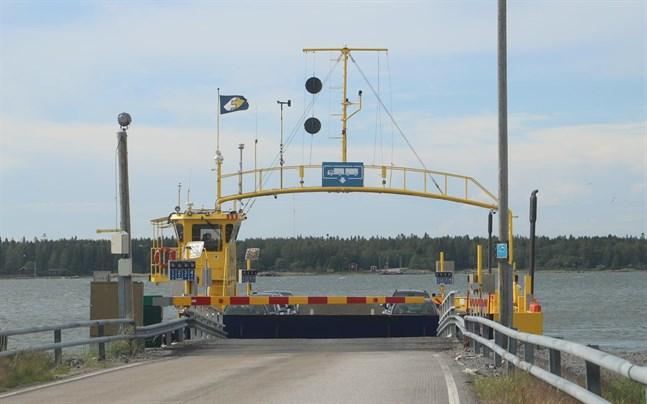 Färjan som trafikerar mellan Bergö och fastlandet klarade besiktningen i måndags. Nästa besiktning görs 2022.