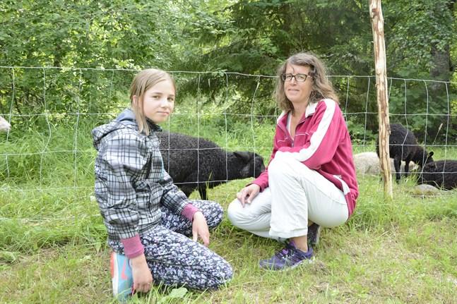 Kom med cykel för att hälsa på djuren. Ida och Anna-Lena Brommels har sett framemot att få komma och hälsa på djuren på Strandhem.