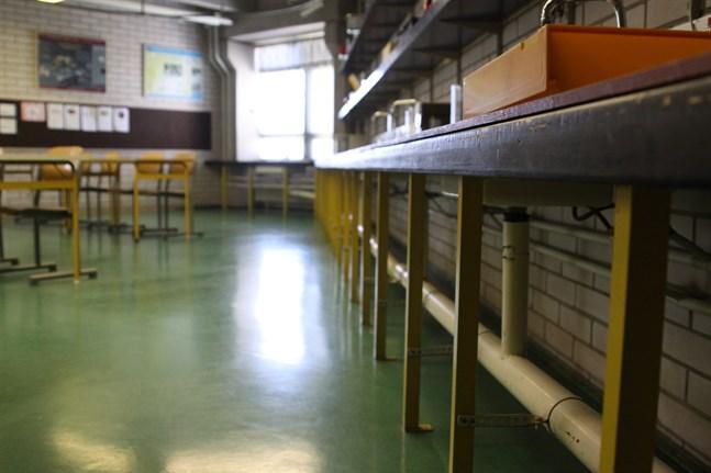 Pulpeterna är tomma i svenska högstadiet i Kristinestad efter sportlovet då skolor har tre veckor distansundervisning.