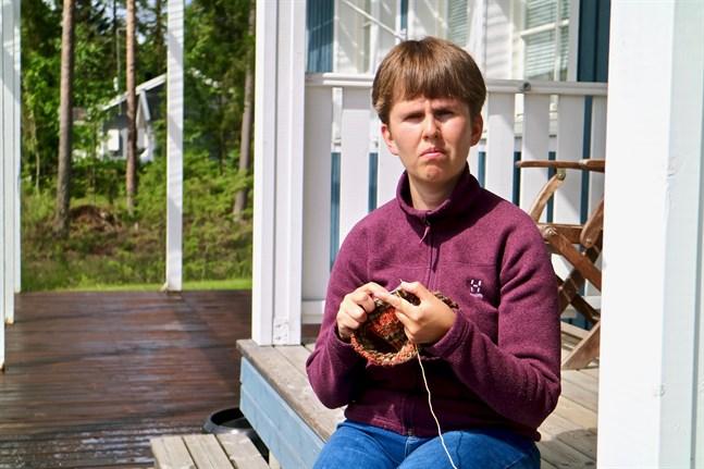 Senja Kuusisaari-Wiklund ifärd med att sticka en nuttu-tröja