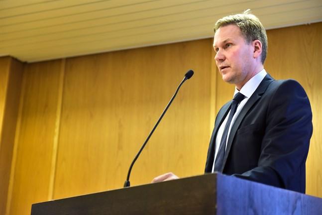 Redan på måndagens fullmäktigemöte aviserade stadsdirektör Brandt att staden kommer att verkställa permitteringar som berör 95 anställda från och med 25 maj.