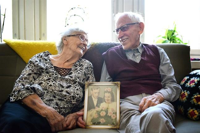 Trots åren som gått är Birgit och John fortfarande lika glada i varandra som då de träffades.