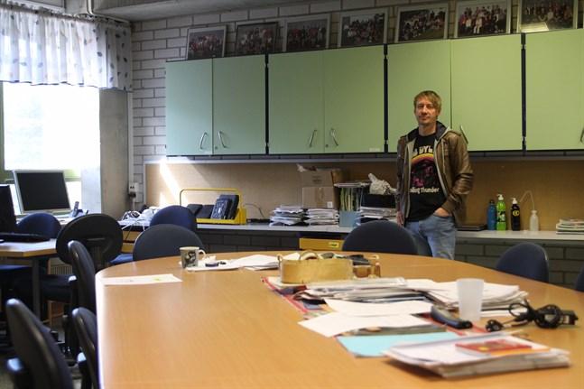 Även lärarrummet är trångt och motsvarar inte lärarnas behov längre, sade rektor Peter Grannas då han visade runt i högstadiet i Kristinestad sommaren 2019.