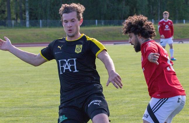 Simon Julin i NIK i duell med Kaskös hetlevrade Bekir Kadic under fjolårets drabbning.
