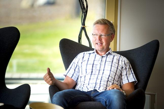 För att lyckas hitta personal gäller det för en arbetsgivare att vara attraktiv och slå vakt om arbetsgemenskap och trivsel på jobbet, säger Cay Kronqvist, vd för Kronqvistbolagen som utvidgar verksamheten till Vasa.