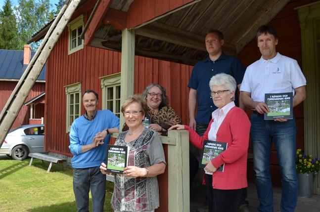 Redaktionen med Thore Wallin, redaktör Margareta Ehrman, Britt-Marie Norrgård, Mats Dahlin, Monica Östman och Alf Wiklund utanför Furirbostället i Oravais.