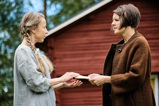 """Så här såg det ut när Alexandra Mangs (till höger i bild) spelade Maria Åkerblom på Kimo Bruk sommaren 2019, i pjäsen """"Under en liten himmel"""". Till vänster bild skådespelaren Lena Österberg som Anna Öhman, som ger Maria Åkerblom ett ekonomiskt bidrag."""