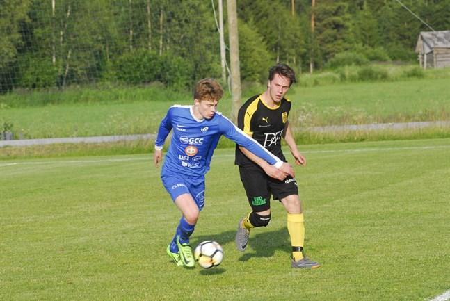 Såväl Esse IK som NIK – här personifierade av Alexander Bobacka och Sebastian Vikström – slutade på 26 poäng i årets division tre. Nästa säsong spelar lagen i olika serier.