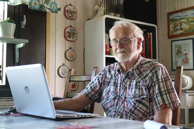 Leif Back framför sin dator ifärd med att visa upp de mejl som han fått.
