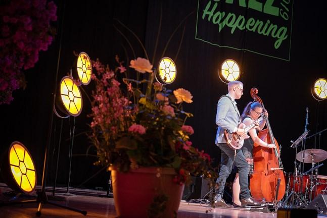 Martin Söderbacka och Eevalotta Matikainen uppträder inte själva under lördagens konsertkväll i Snellmanssalen. Men de medverkar som konferencierer, på svenska och finska.