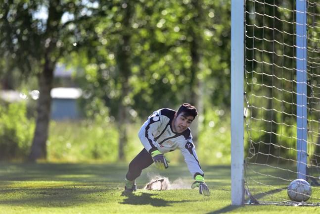 Många lag deltar i de lägre fotbollsserierna. Bilden från PeFF II-Esse IK III i fjol.