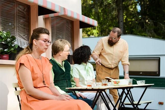 Gunilla Nygård (Magdalena Snickars) längtar efter en annan slags vardag än den som grannarna Jussi Lehtinen (Daniel Norrback), Gerd Lehtinen (Jeanette Storgård) och maken Bengt Nygård (Matias Norrgrann) kan erbjuda.