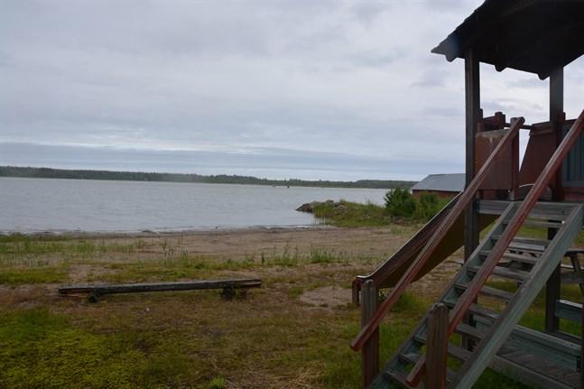Halten tarmbakterier är högre än den borde vara i vattnet på badstranden i Töjby. Nu avråder man från bad där.