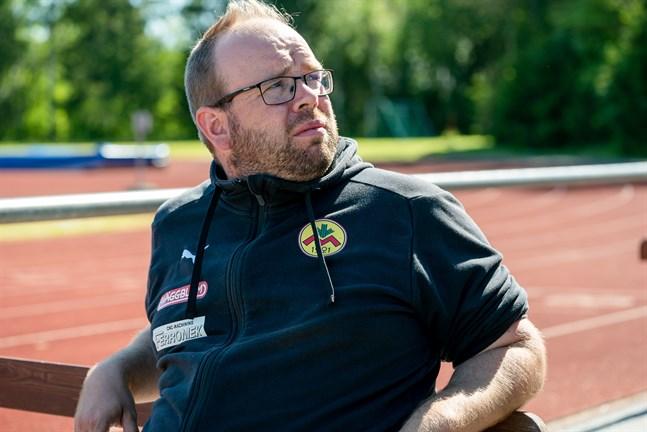 Tränaren Magnus Slotte matchar ett ungt Myran i fredagskvällens cupmatch mot favorittippade TiPS från Dickursby.