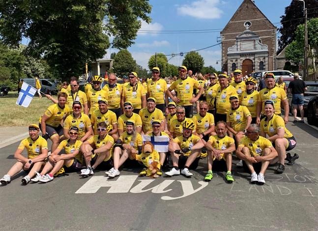 Team Rynkeby Vasa cyklar i morgon in i Paris med cirka 2 100 andra cyklister från sju länder. På bilden hade laget precis cyklat upp för berget Mur de Huy i Belgien.