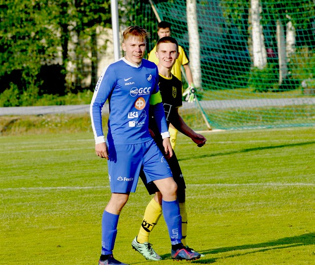 Jeremias Klemets (blå tröja) gjorde Esse IK:s 3–0-mål i 90:e minuten.