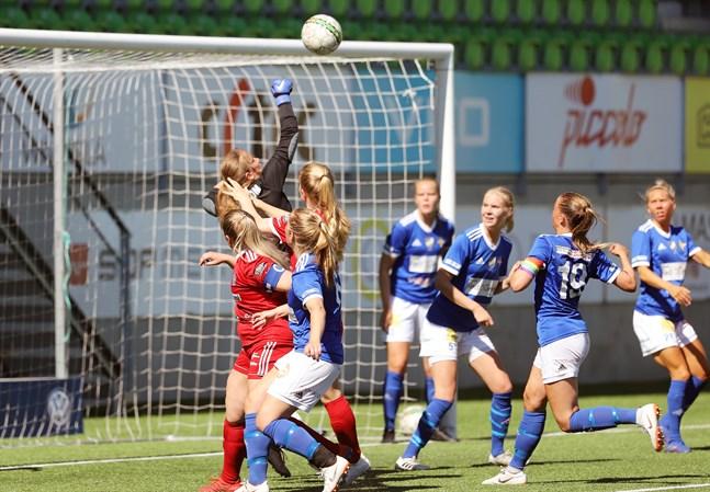 Fanny Söderström, som här boxar bort bollen i ett derby mellan Vasa IFK och FC Sport-j, kommer att spela med Jyväskylälaget JyPK den här säsongen.
