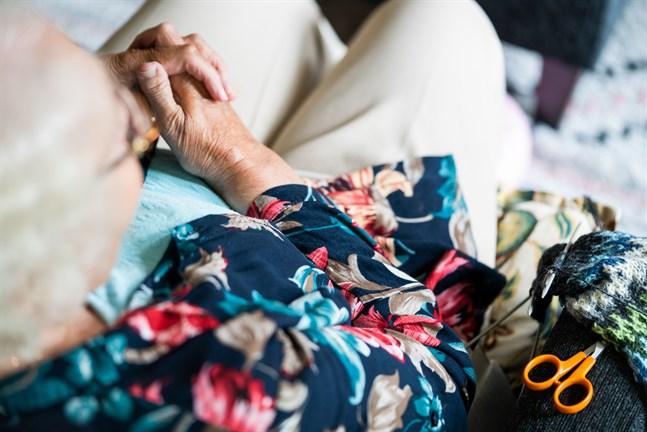 Seniorerna är en växande befolkningsgrupp i Finland och den nya äldreombudsmannen får ett brett arbetsfält.