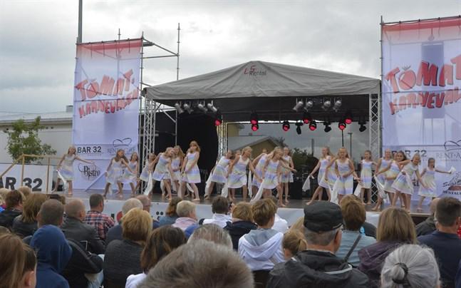 Flow Dance Company hör till dem som får stöd i Svenska kulturfondens utdelning. Här uppträder en grupp under Tomatkarnevalen 2019 – också det ett evenemang som ihågkoms av kulturfonden.
