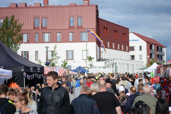 Tomatkarnevalen i Närpes ordnas inte i sommar har arrangörerna bestämt. Här är det trångt och mycket folk ute på karnevalen 2019.