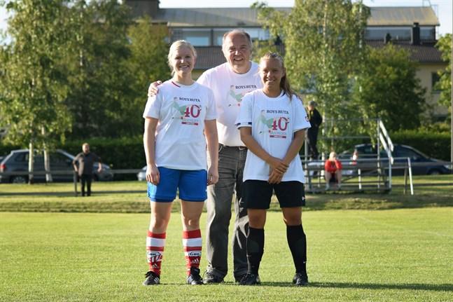 """Charlotta Nylén i GBK Girls och Anna Byggmästar i FC United prisbelönades med """"Roys ruta-40"""" T-skjorta."""