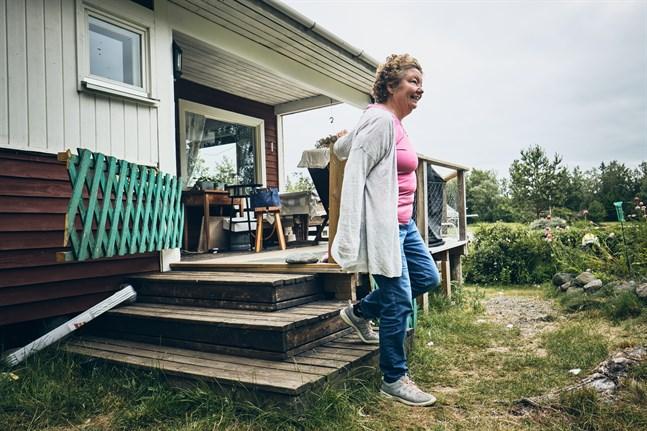 Vid sommarstugan i Nämpnäs tränar Maria Lindell sig att gå i trappor.