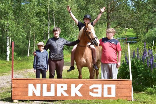 Några av ridlägerdeltagarna bakom deras egenhändigt tillverkade terränghinder. Från vänster till höger: Dani Khondaker, Mikko Aine, Arvi Martikainen på hästen Tarmo och Rasmus Lieskoski.