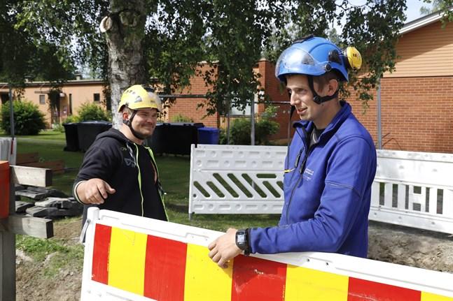 Simon Burman och Kim Håkans är missnöjda med bemötandet från Elisa. Deras jobb fördröjs på grund av långsam service.