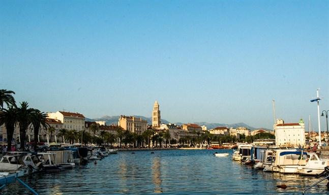 Split är i dag en modern pulserande och livlig stad med en patina och en atmosfär som blandar gammal och nytt på ett spännande sätt. Läget vid Adriatiska havet är en perfekt utgångspunkt för att ge sig ut i den vackra skärgården.
